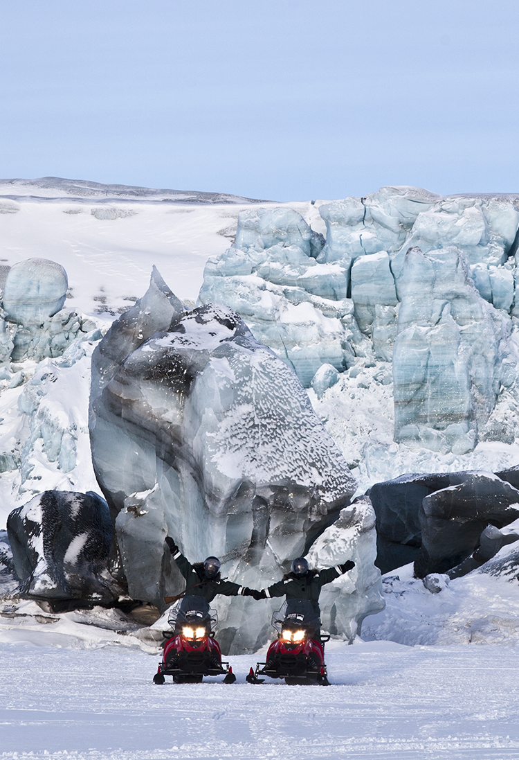 Snowscooter in front of a glacier ©-Marcel Schütz-2020